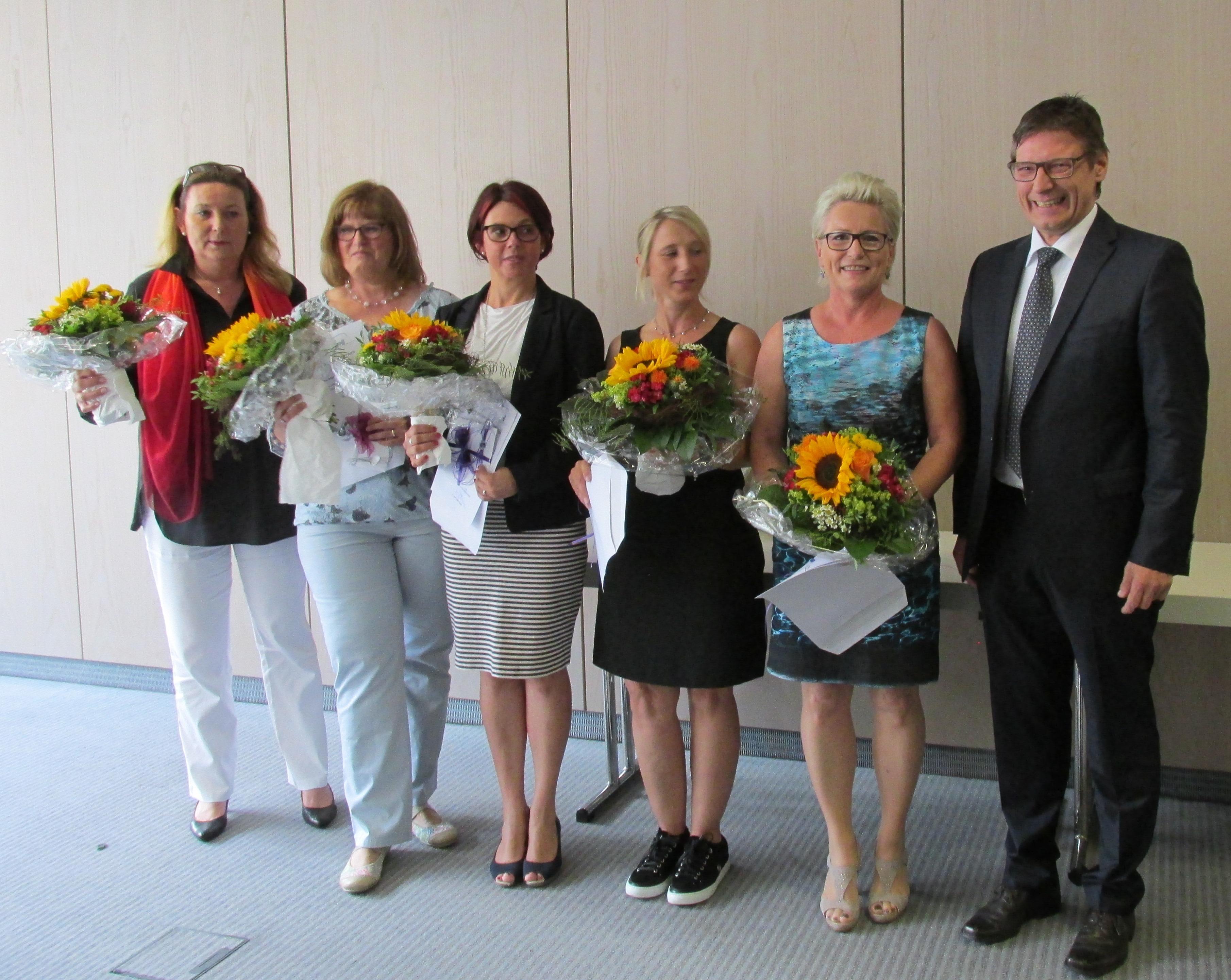 Esther Herfurth, Birgit Engelmann, Stefanie Muthers, Rebecca Günther, Gabriele Kihm und Dr. Walter Gradel (vlnr)